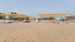 Vlak bij het strand, ligstoelen aan het strand, parasols, duiken