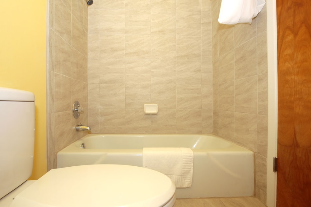 Deep Soaking Bathtub, Regency Inn