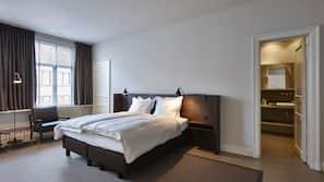 Hochwertige Bettwaren, Daunenbettdecken, Minibar, Schreibtisch