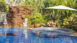 室外游泳池,池畔遮阳伞,日光浴躺椅
