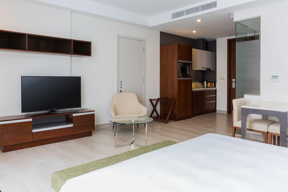 Sila urban living 2017 room prices deals reviews expedia for Urban living room design