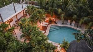 Una piscina al aire libre (de 8:00 a 20:00), tumbonas