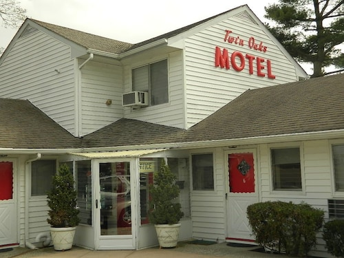 Twin Oaks Motel
