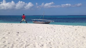 Plage, sable blanc, chaises longues, parasols