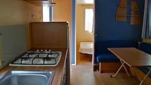 Frigorífico, placa de cocina, cafetera o tetera y utensilios de cocina