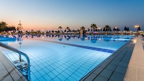 3 outdoor pools, a lap pool, pool umbrellas, sun loungers
