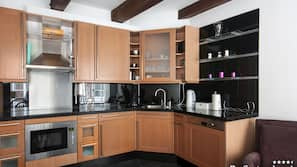 Een koelkast, een microgolfoven, een oven, een kookplaat