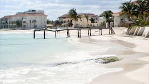 Ubicación cercana a la playa y arena blanca