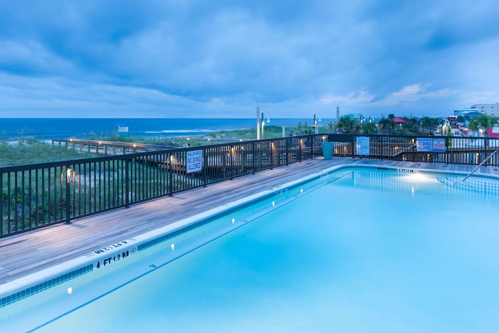 Pool, Hampton Inn & Suites by Hilton Carolina Beach Oceanfront