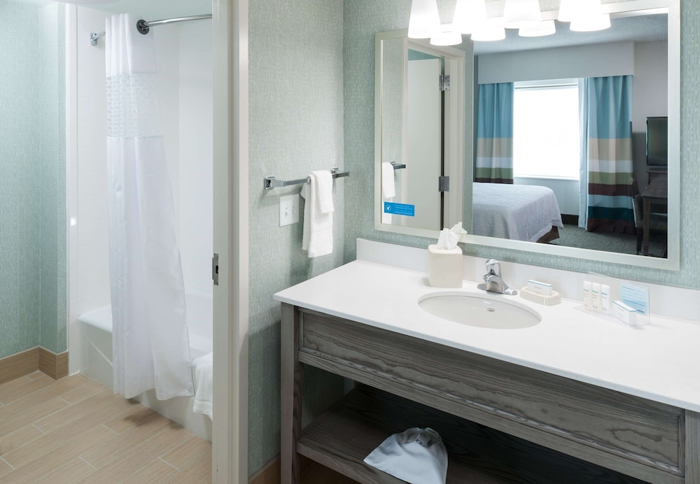 Bathroom, Hampton Inn & Suites by Hilton Carolina Beach Oceanfront