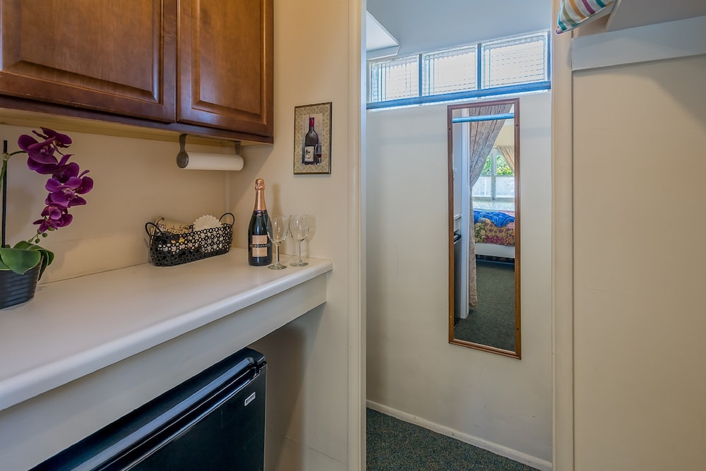 Private Kitchenette, Beach House Inn