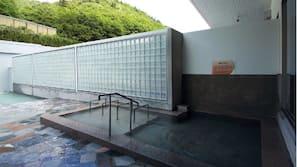 สระว่ายน้ำในร่ม, สระว่ายน้ำกลางแจ้ง