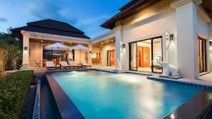 Piscine extérieure, piscine avec cascade