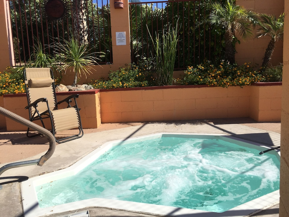 Outdoor Spa Tub, La Siesta Motel & RV Resort