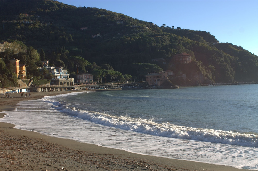Book miramare levanto hotel deals for Miramare beach