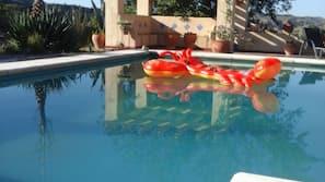 Una piscina al aire libre de temporada, una piscina en la azotea