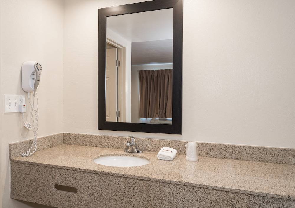 Bathroom, Red Roof Inn Wildwood – Cape May/Rio Grande