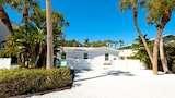 Sugar Plum Hideaway East by RedAwning - Anna Maria Hotels