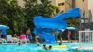 2 outdoor pools, an aquatic centre, pool umbrellas, pool loungers