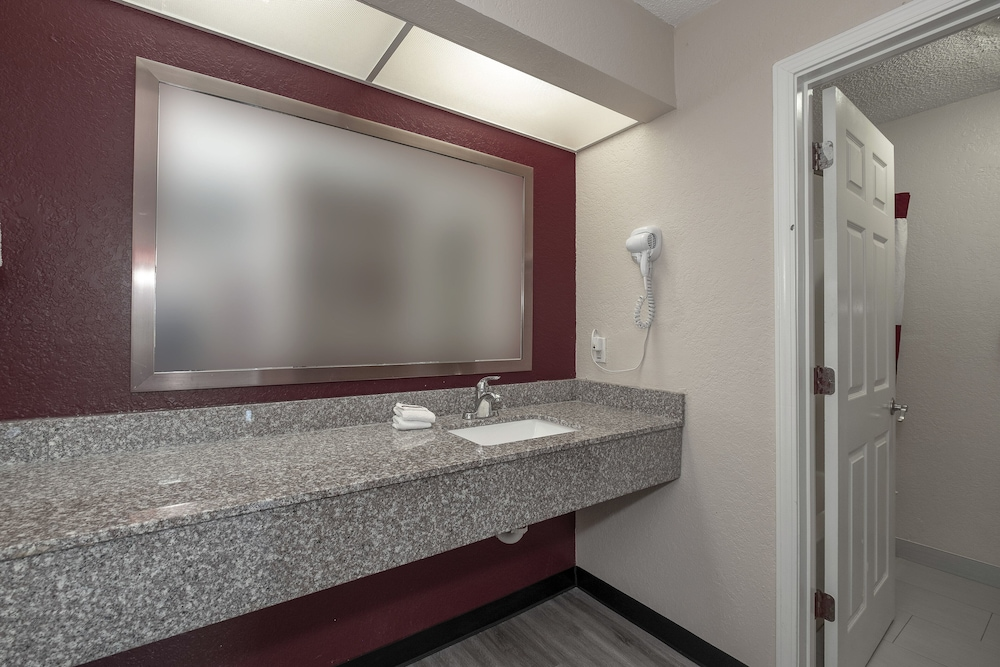 Bathroom, Red Roof Inn & Suites Pensacola - NAS Corry