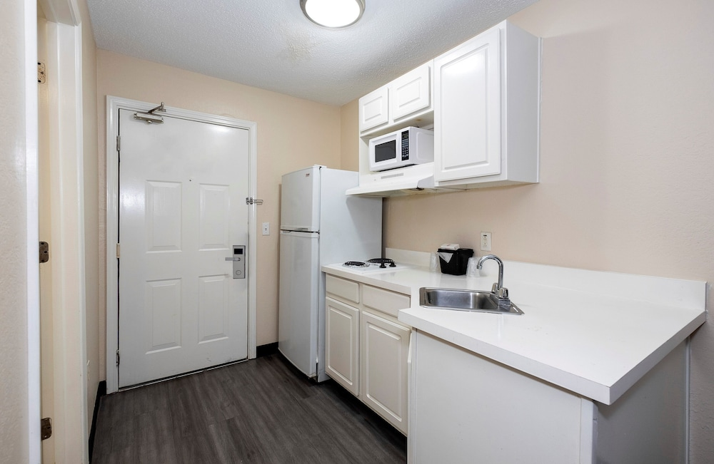 Private Kitchen, Red Roof Inn & Suites Pensacola - NAS Corry