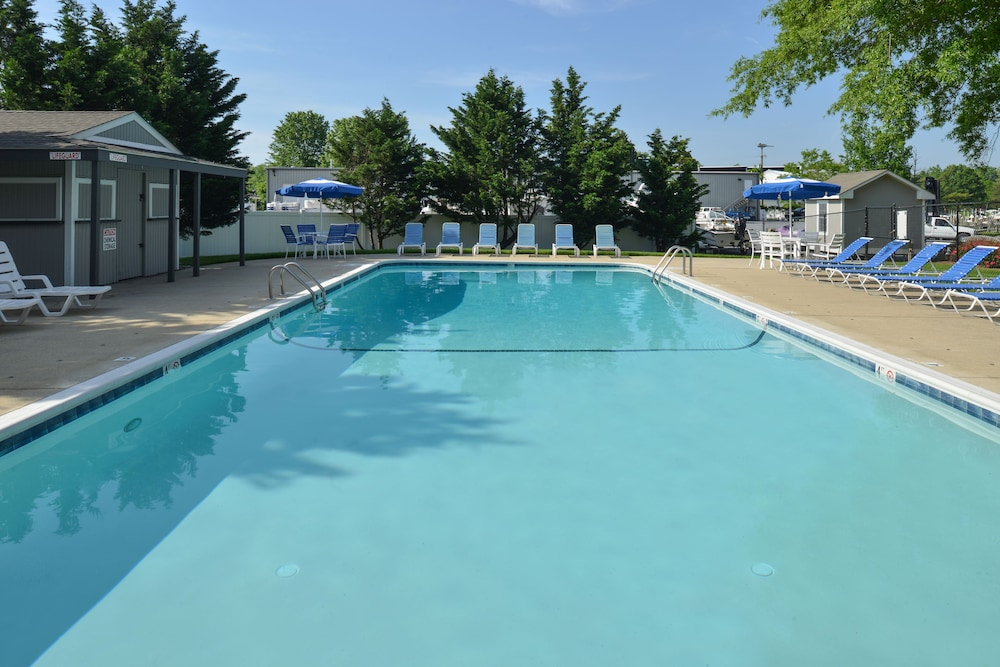 Outdoor Pool, Anchored Inn at Hidden Harbour Marina