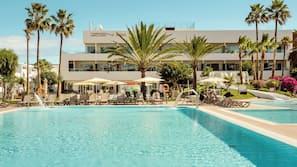 Una piscina al aire libre, una piscina con borde infinito