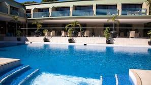 室外泳池;06:00 至 21:00 開放;泳池傘、躺椅