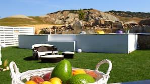 季节性开放的室外游泳池,屋顶泳池,池畔遮阳伞,日光浴躺椅