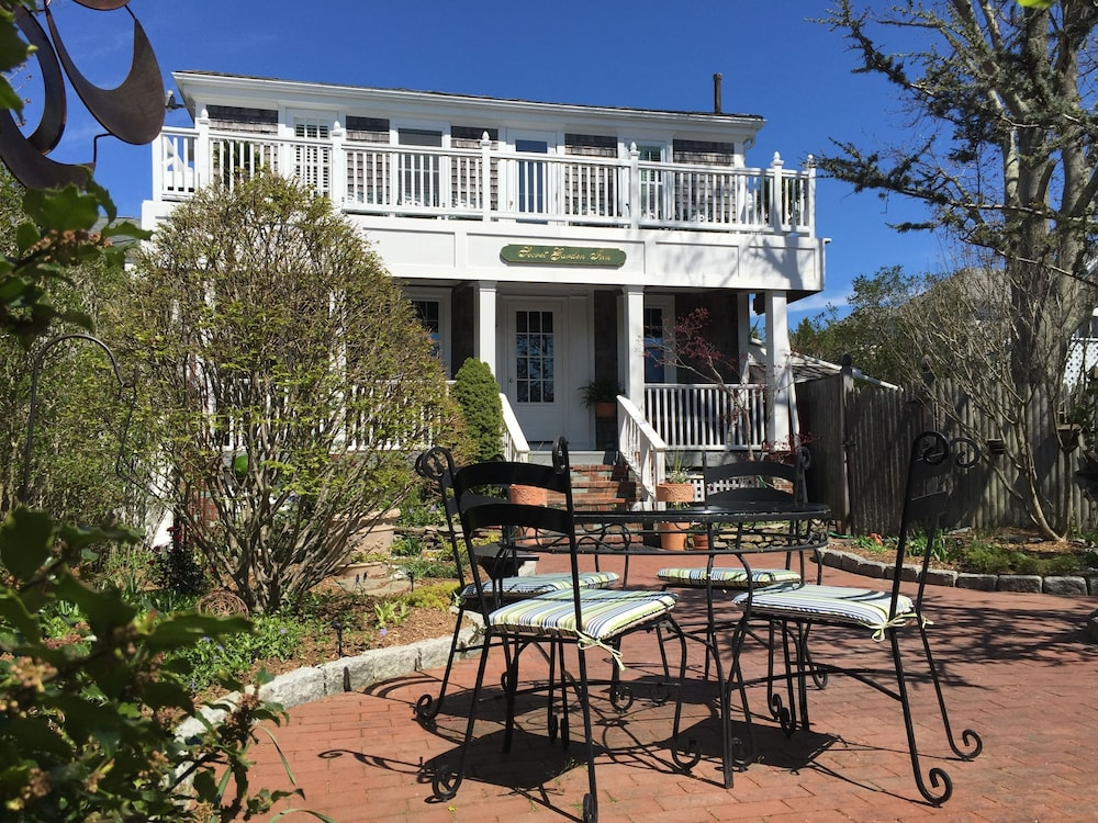 Secret garden inn in cape cod hotel rates reviews on for Cape cod suites