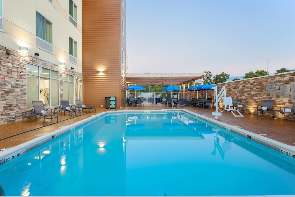 Outdoor Pool, Fairfield Inn & Suites Alexandria
