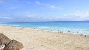 Ubicación a pie de playa, arena blanca y tumbonas