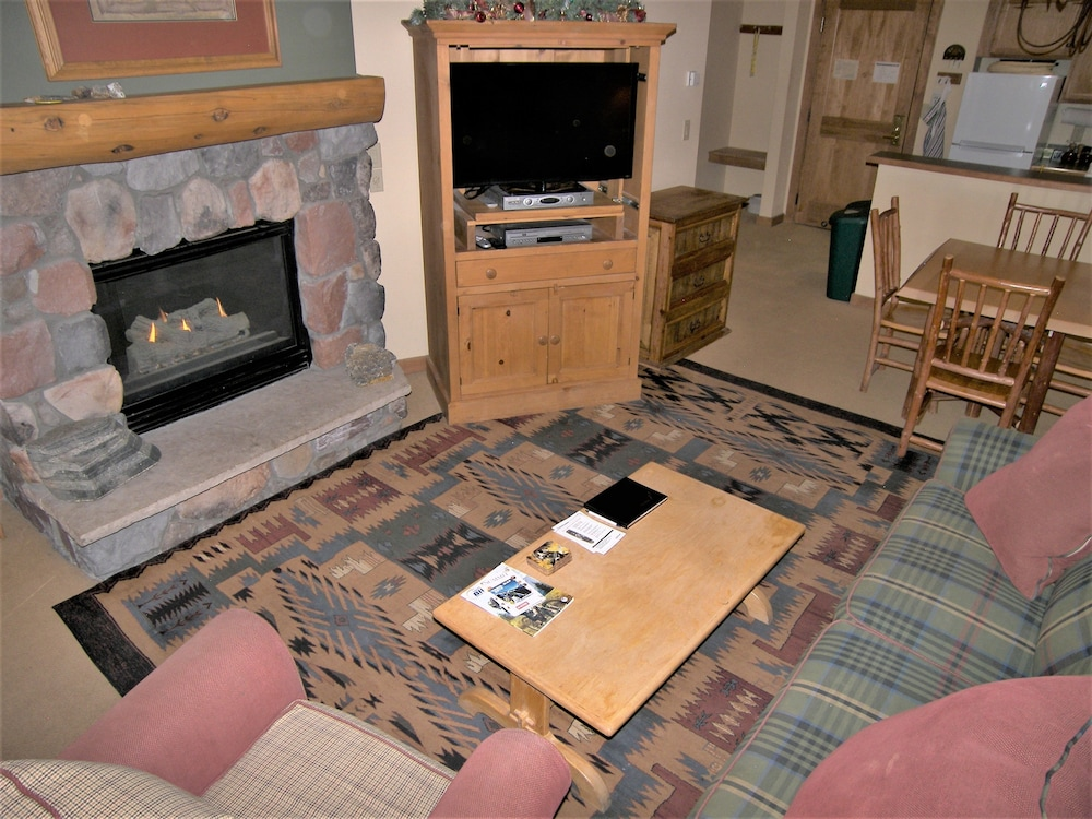 Fireplace, Arapahoe Lodge 1 Bed 1 Bath B