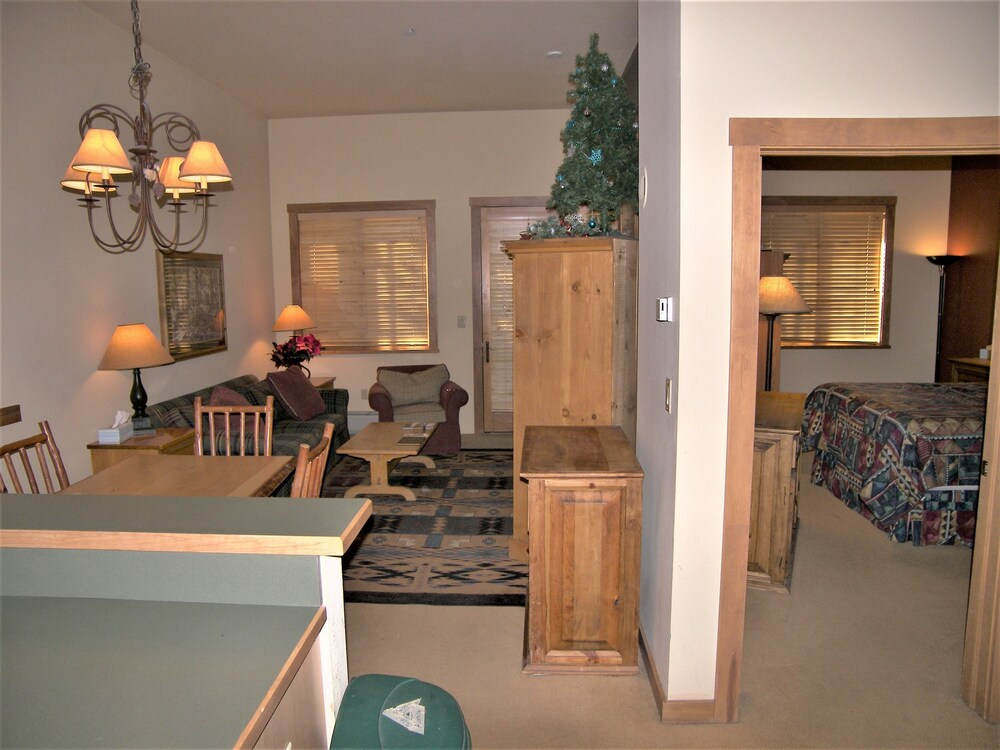 Living Room, Arapahoe Lodge 1 Bed 1 Bath B