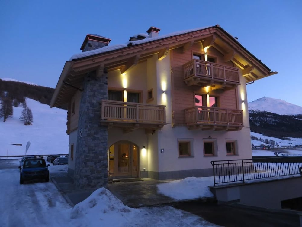 ecohotel chalet des alpes alpi lombarde italia. Black Bedroom Furniture Sets. Home Design Ideas