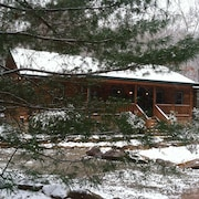 Creeksong 2 Br cabin by RedAwning