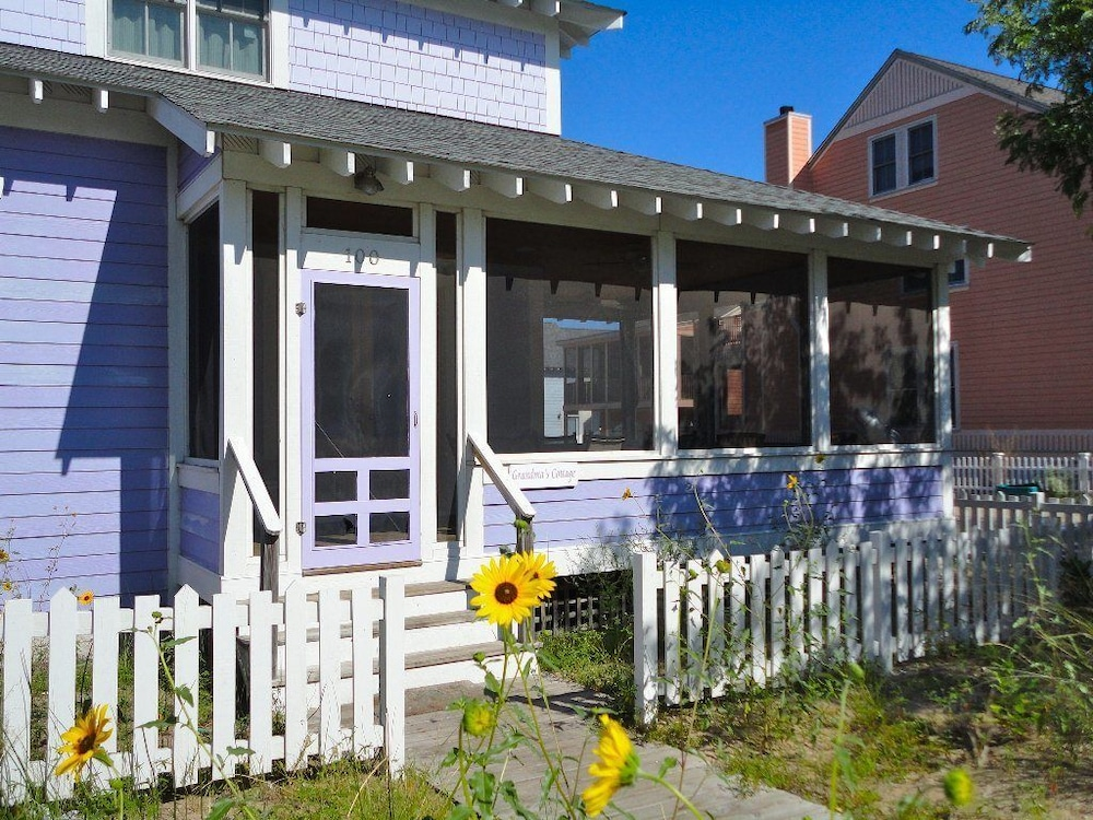 Coastal Charm 5 Br home by RedAwning