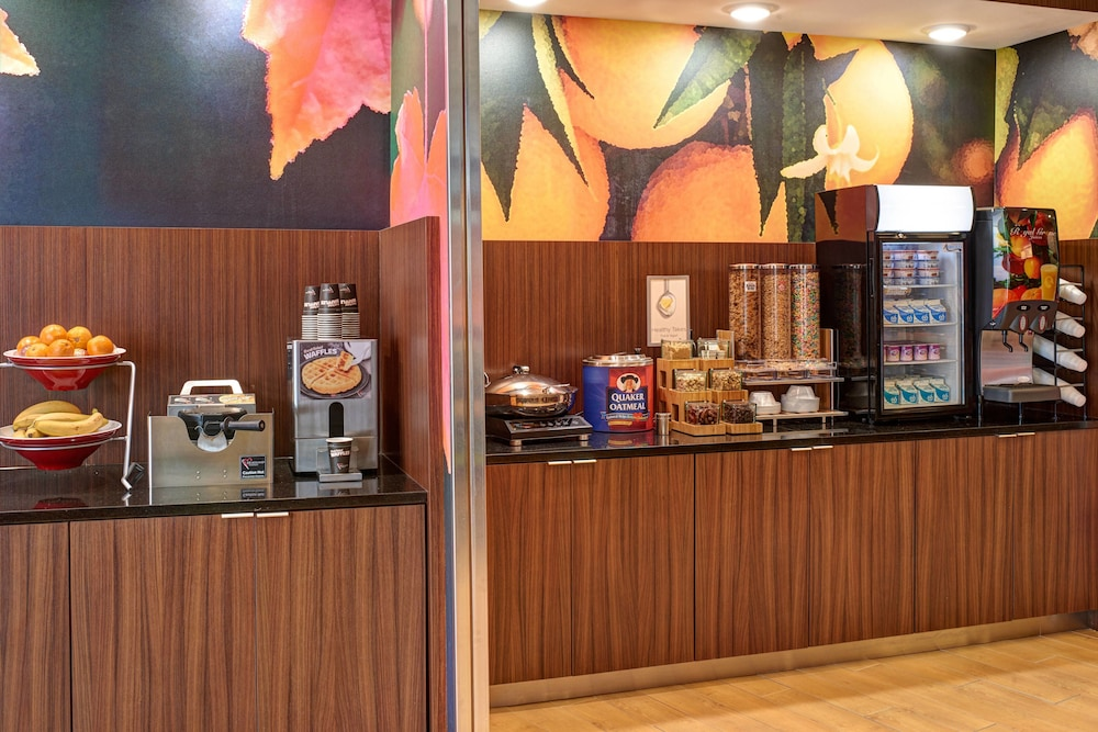 Breakfast buffet, Fairfield Inn & Suites by Marriott Detroit Troy