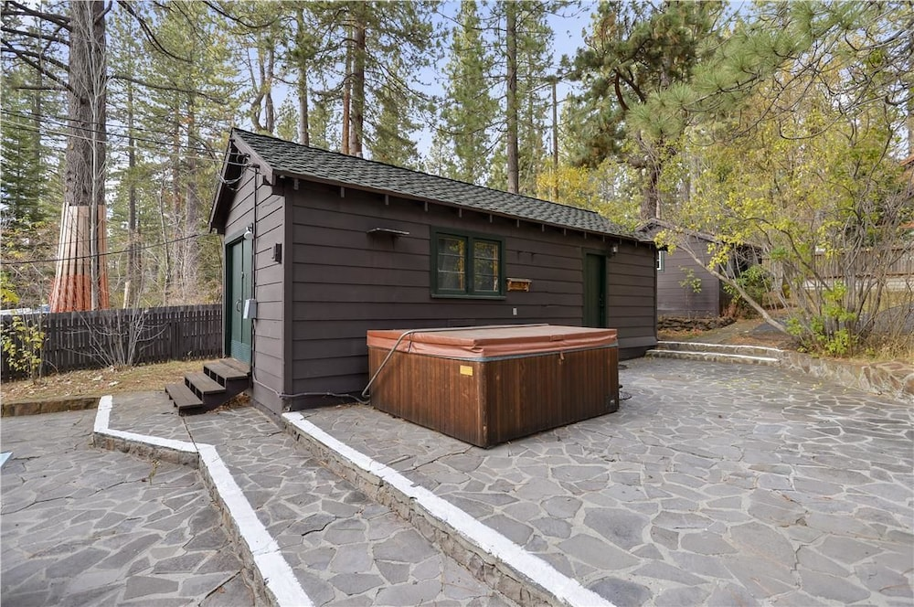 Twin top lakefront 6 br cabin by redawning carson city for Bain a remous exterieur