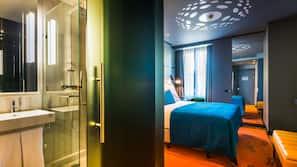 迷你吧、窗簾、免費 Wi-Fi、床單
