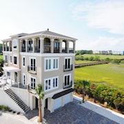 32 Singleton Beach Near Beach 6 Br home by RedAwning