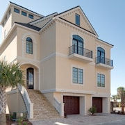 31 Singleton Beach Place Oceanfront 6 Br home by RedAwning