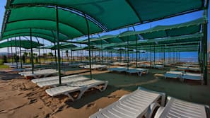 Privatstrand, Liegestühle, Sonnenschirme, Volleyball
