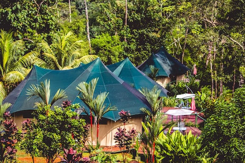 Manoas Luxury Camping and Villa Rentals