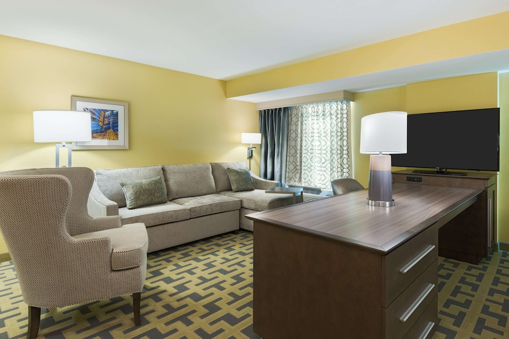 Living Area, Hampton Inn & Suites Tampa Airport Avion Park Westshore