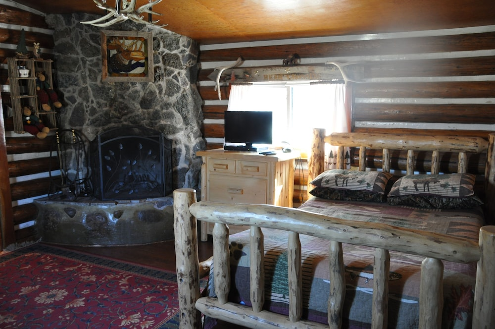Room, Chinook Cabins & RV Park