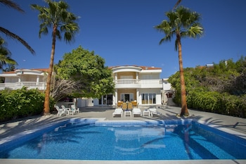 Sunset Beachfront Villa Meneou