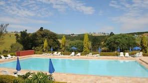 2 piscinas internas, 2 piscinas externas, espreguiçadeiras