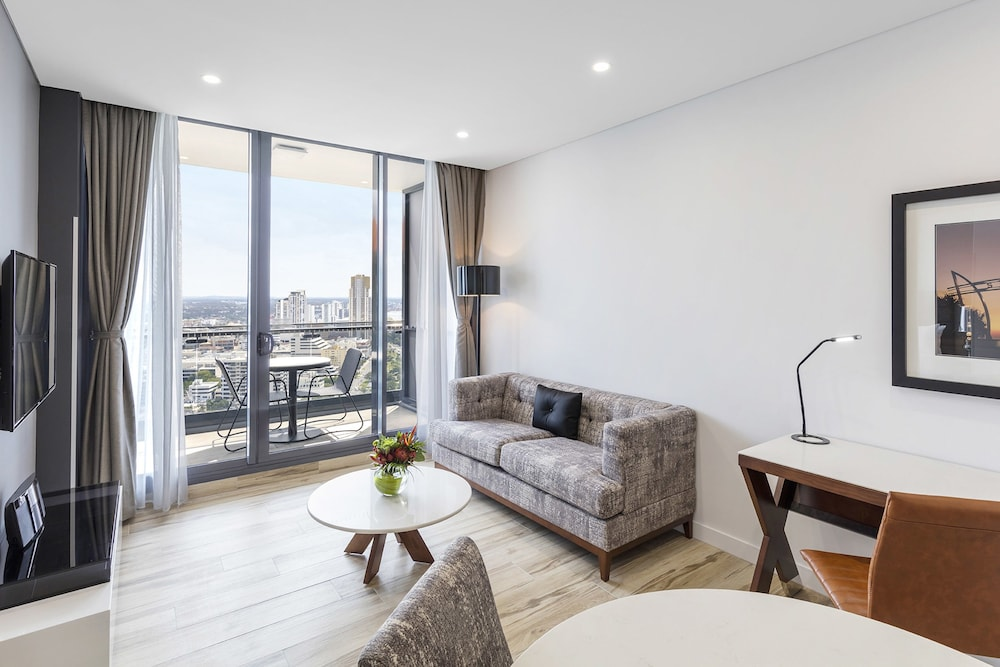 Meriton suites southport reviews photos rates for Houses for sale with suites