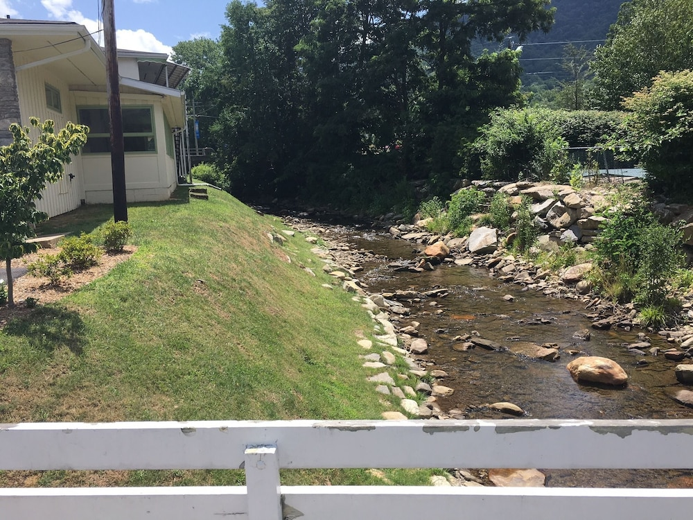 Book river point lodge maggie valley hotel deals for Riverpointe